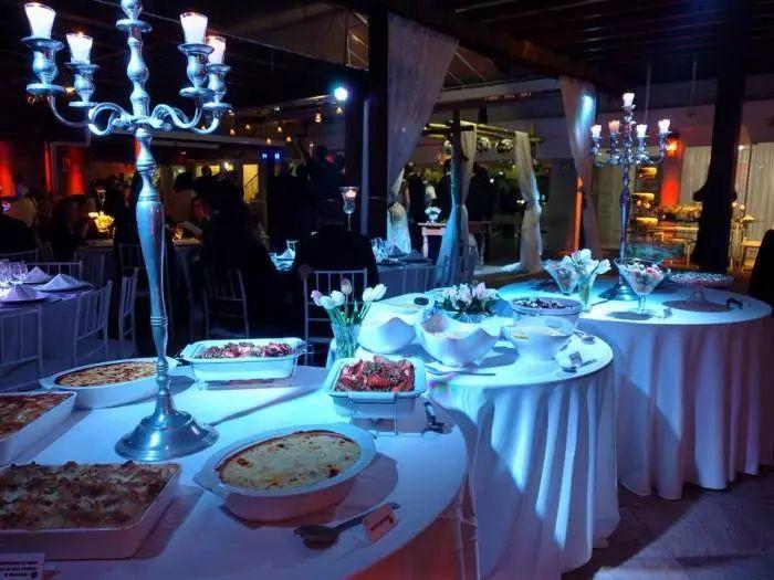 Buffet para casamento em mesas redondas