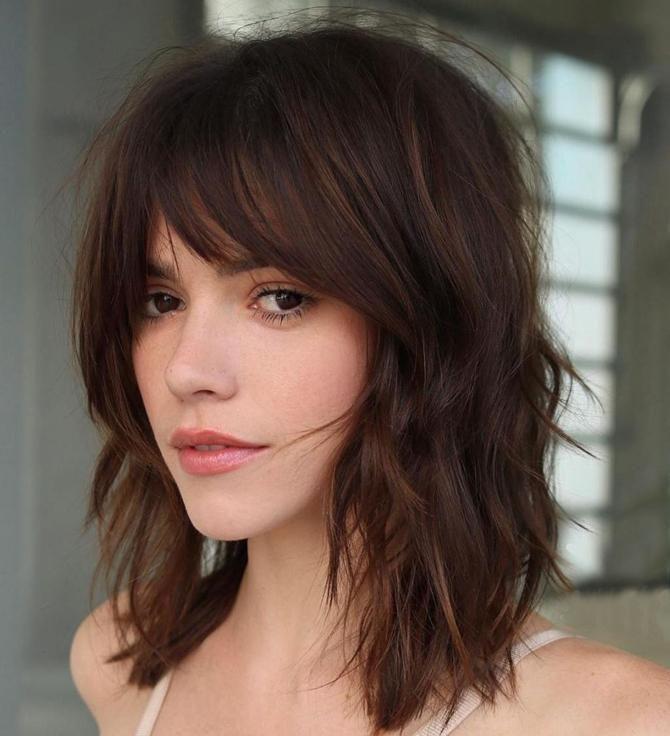 Frisuren Mittellang Stufig Mit Pony Feines Haar Haarschnitt Frauen Haarschnitt Mittellange Haare Mittellanger Haarschnitt