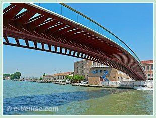 """Le pont Calatrava ou pont de la Constitution """"ponte della costituzione"""", le Quatrième et nouveau pont de Venise sur le Grand Canal"""