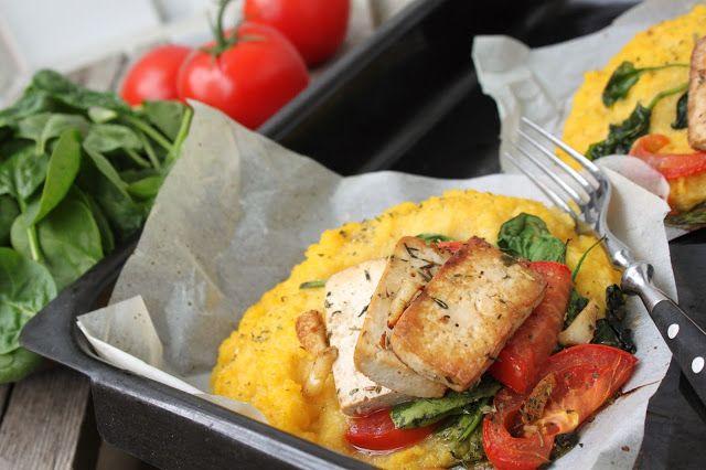 žít vege: pečená polenta se špenátem, rajčaty a česnekovým t...