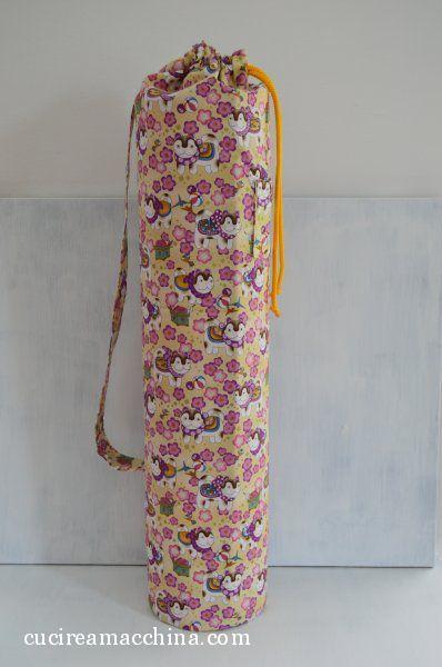 Tutorial gratuito di cucito creativo per realizzare una sacca porta tappetino da yoga per la palestra con tasca. Progetto semplice e veloce, adatto a tutti.