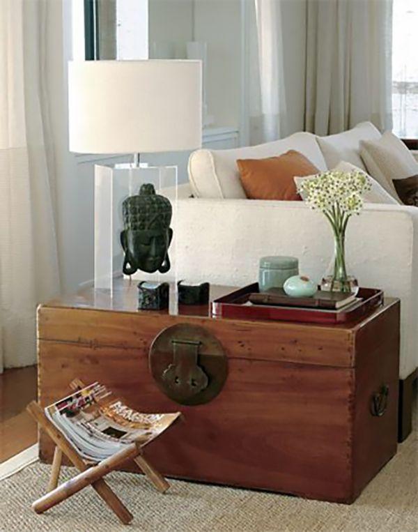 Baús são bons acessórios decorativos para a sala. Práticos servem para organizar e decorar. Vem ver baú no lugar de mesa lateral!