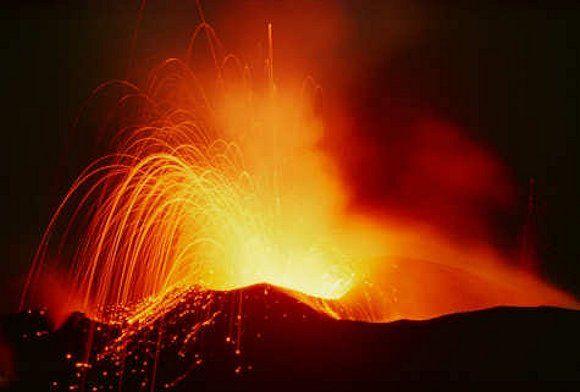 Der Vulkan auf der Insel Stromboli (Liparische Inseln) ist der aktivste in Europa.