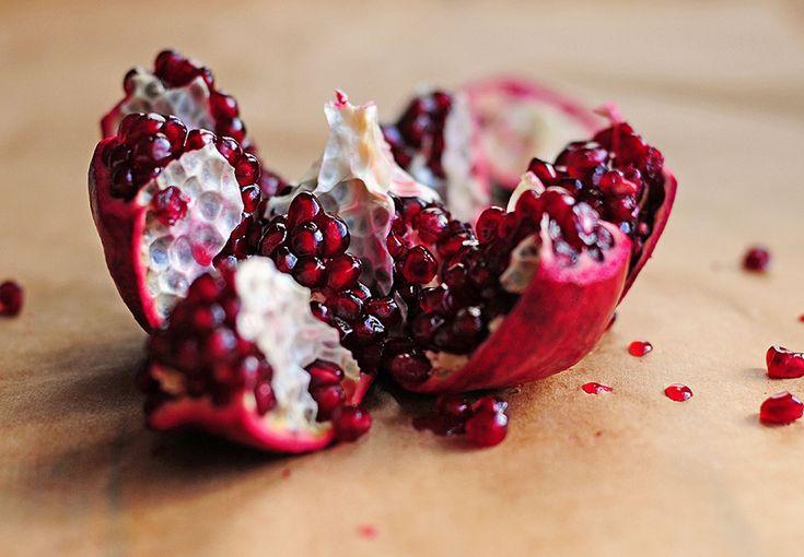 Med dette geniale trick kan du nemt og uden svineri i køkkenet åbne et granatæble og fjerne kernerne.