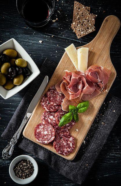 France: saucissons et fromages: la planche terroir que fait toujours plaisir