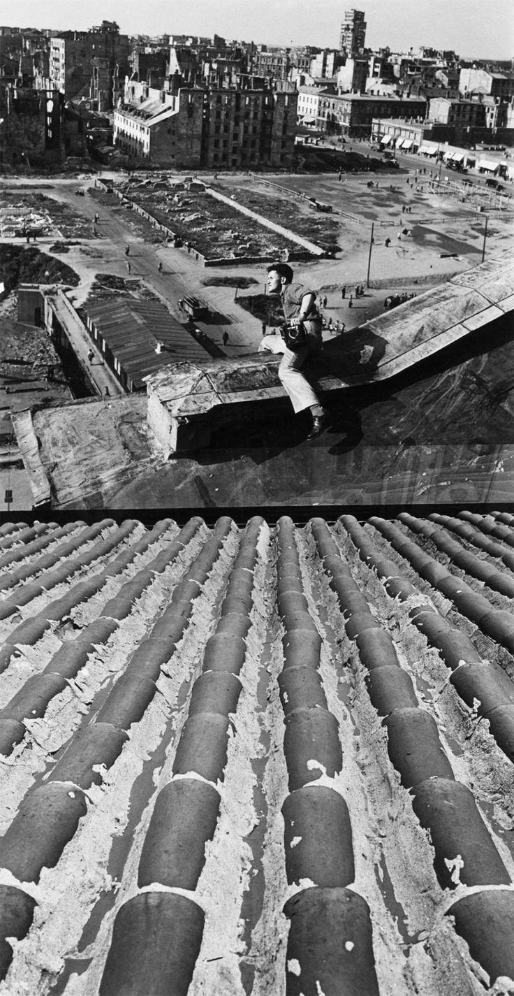 Zdjęcie z 1946 r. John Vachon na dachu Hotelu Polonia. Na widocznym na fotografii pustym terenie po drugiej stronie Alej Jerozolimskich za kilka lat powstaną Pałac Kultury i plac Defilad. Wieżowiec w tle to zniszczony podczas Powstania Warszawskiego budynek Prudentialu, późniejszy Hotel Warszawa.