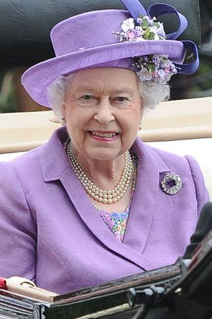 Queen Elizabeth visits royal baby | Queen Elizabeth doesn't care if the royal baby is a boy or a girl, but ...
