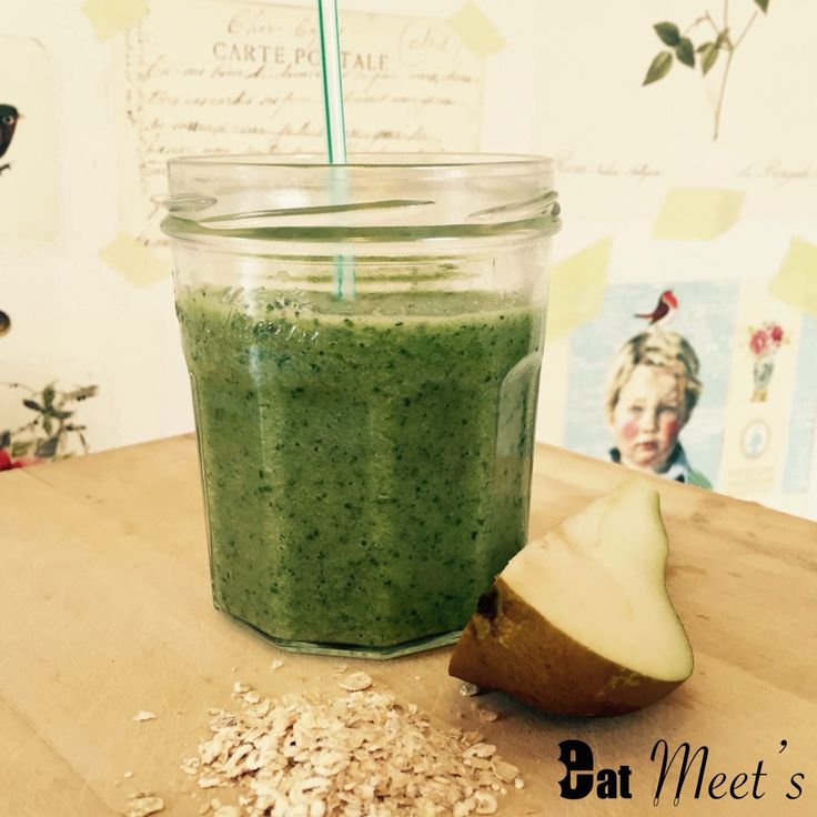 Monday Smoothies  What's the best way to start the week? Start with something healthy & delicious! Today: Vanilly Oaty Pear  Ingredients: - pear - almond milk - spinach - oats - vanilla powder