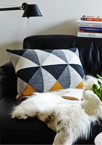 Tunesian crochet pillow with triangles. Pattern available on Ravelry www.ravelry.com/designers/pernille-cordes