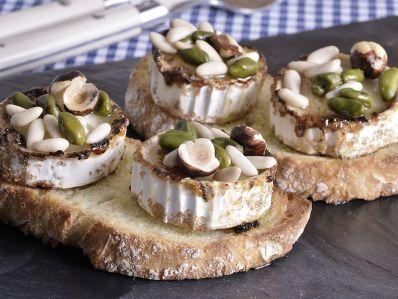 Receta | Tostas de queso de cabra con frutos secos y pasas - canalcocina.es