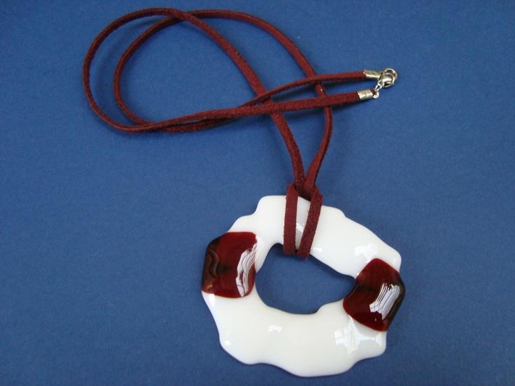 Collar de vidrio blanco y rojo