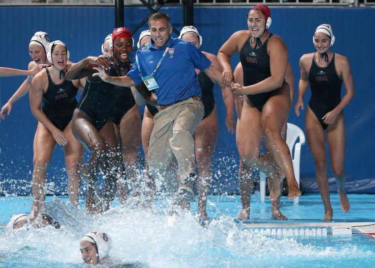 07.08 Les joueuses de water polo américaines mettent leur coach à l'eau après leur victoire 5-4 contre les Pays-Bas, aux Mondiaux de natation de Kazan.Photo: Denis Tyrin
