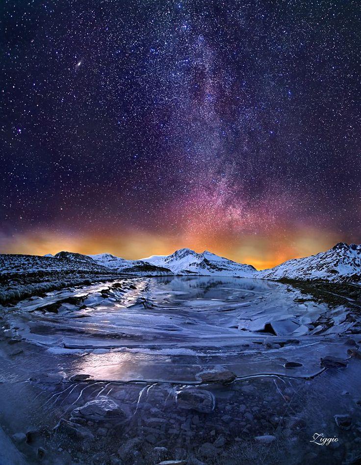 Il lago del Moncenisio in notturna, con il ramo esterno della Via Lattea e la Galassia di Andromeda (28-01-16 - Foto di Ale Ziggio)