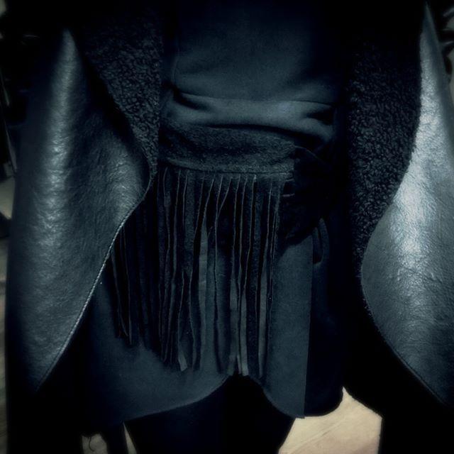 #kidney #sachet #chump #hip #suede #fringe #tassel #beach #party #Italy #Poland #zamsz #saszetka #nerka #frędzle #skóra #leather #handmade #sewing #travel #hipbag #black #czarna #szyjemy #zamówienia ✂