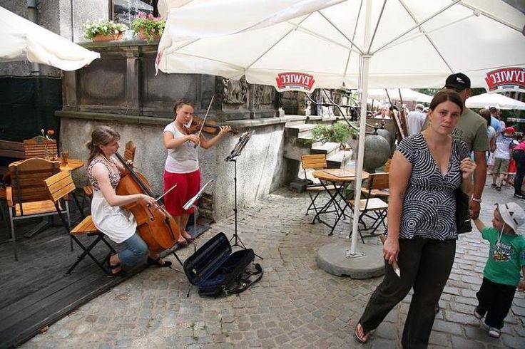 Ulica Mariacka przyciąga również artystów - malarzy lub muzyków.