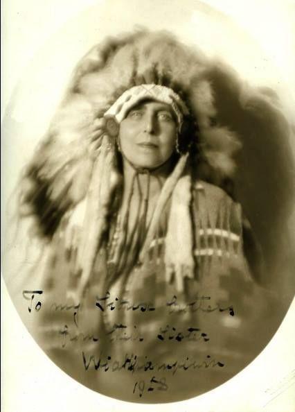 """Majestatea Sa Regina Maria a României, onorată de către căpetenia tribului de indieni Sioux: """"O femeie nu poartă coroana din pene de vultur decât dacă a săvârșit fapte extraordinare de eroism."""" Vizita de cinci săptămâni în SUA a Suveranei noastre s-a desfășurat la sfârșitul lui octombrie și toată luna noiembrie a anului 1926…"""