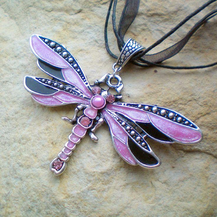 Luxusní vážka - náhrdelník Starostříbrnýfiligrán7,3 x 4,2cmdozdobený pryskyřicí. Délka 46 cm + 4,5 cm prodlužovací řetízek.