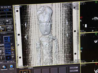 """Reconstrucción 3D momia Chinchorro El Museo de la Naturaleza y Ciencias de Japón solicitó en 2012 el préstamo de una momia Chinchorro perteneciente al Museo de Historia Natural de Valparaíso, para la exhibición temporal titulada """"Great Journey, el viaje de la humanidad"""". Después de una exhaustiva evaluación se facilitó la momia de un niño de más de dos milenios de antigüedad, de 71 cm. de largo, proveniente de las excavaciones del arqueólogo Max Uhle y donada al Museo en 1915. Mediante una…"""