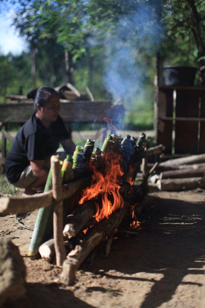 Ibu Johan Membakar Nasi Bambu untuk Lebaran Idul Fitri