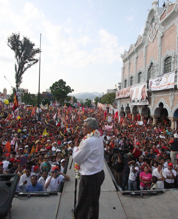 """27/mayo/2012 Día 59 - De gira por Oaxaca, Andrés Manuel López Obrador, dijo que echará a andar un plan conjunto para seguir el dinero de delincuentes comunes y de cuello blanco, """"pues no es posible """"pues no posible que maneje tanto dinero la delincuencia y que no participen los bancos, las instituciones financieras"""". El candidato se deslindo del movimiento juvenil #YoSoy132 y dijo que lo respeta y lo admira."""