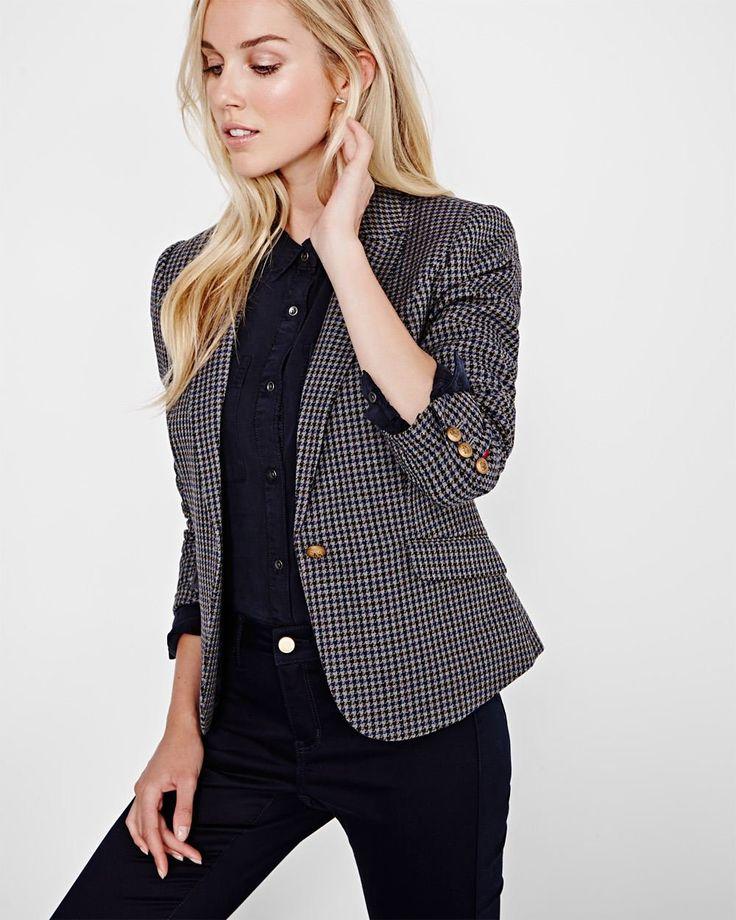 Mettez à jour vos tenues pour l'automne avec ce veston à motif pied-de-poule inspiré de la garde-robe masculine. Pour une allure moderne, agencez avec un jean et un escarpin. <br /><br />- Coupe ajustée<br />- Manches longues avec boutons décoratifs or<br />- Fermeture à un bouton<br />- Poches à rabat<br />- Fente d'aisance<br />- Doublé<br />- Longueur de 25po à partir du dessus des épaul...