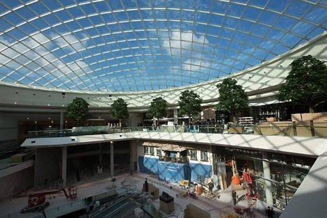 La coupole vitrée de 2 000 m2 fait entrer la lumière dans la galerie commerciale Atlantis.