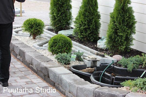 Tällä viikolla ilmestyneessä Maalla -lehdessä on kiva juttu fengshuista… ja meidän pihasta : ) Ajattelin kirjoittaa tänne hieman lisää puutarhafengshuista, sillä lehtijutun näkökulmaksi oli valittu viisi elementtiä.  Pihan helppohoitoisuus on tärkeää myös Fengshui puutarhassa. …