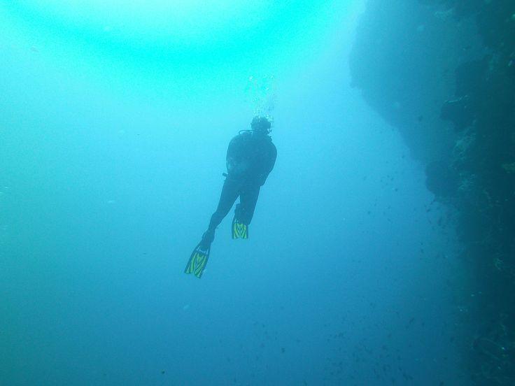 Een walldive in Bira, Zuid-Sulawesi. Onbekend als duikstek, maar daarom des te mooier omdat je er vrijwel de enige duiker zult zijn. Rondreis - Vakantie - Duiksafari - Duiken - Scubadive Holiday - Indonesië - Zuid-Sulawesi - Bira - Duiker Silhouet - Original Asia
