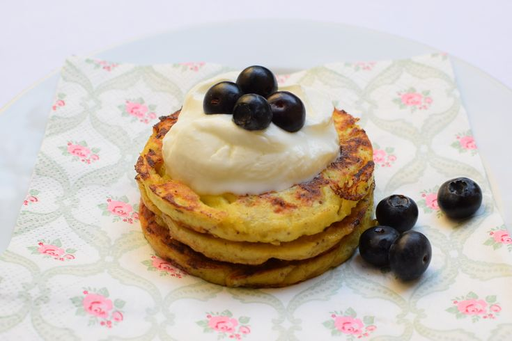pancakes without flour and from 3 ingredients - with blueberries and Greek yogurt.