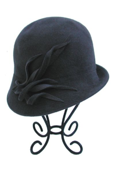 Cloche Hat  http://www.katievaledesigns.com/blog/2012/08/cloche-hats-what-are-they/