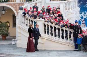 Avec le prince Albert, la princesse Charlene de Monaco distribuait le 14 décembre 2012 avec la Croix-Rouge monégasque des colis alimentaires pour les plus démun...