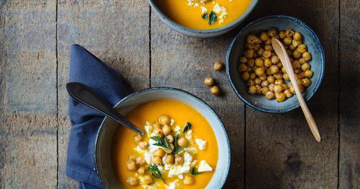Deze kruidige dieporanje soep is ideaal voor luie dagen, omdat de oven bijna al het werk voor je doet. Heel handig en bovendien zorgt het roosteren van de groente voor een extra rijke smaak