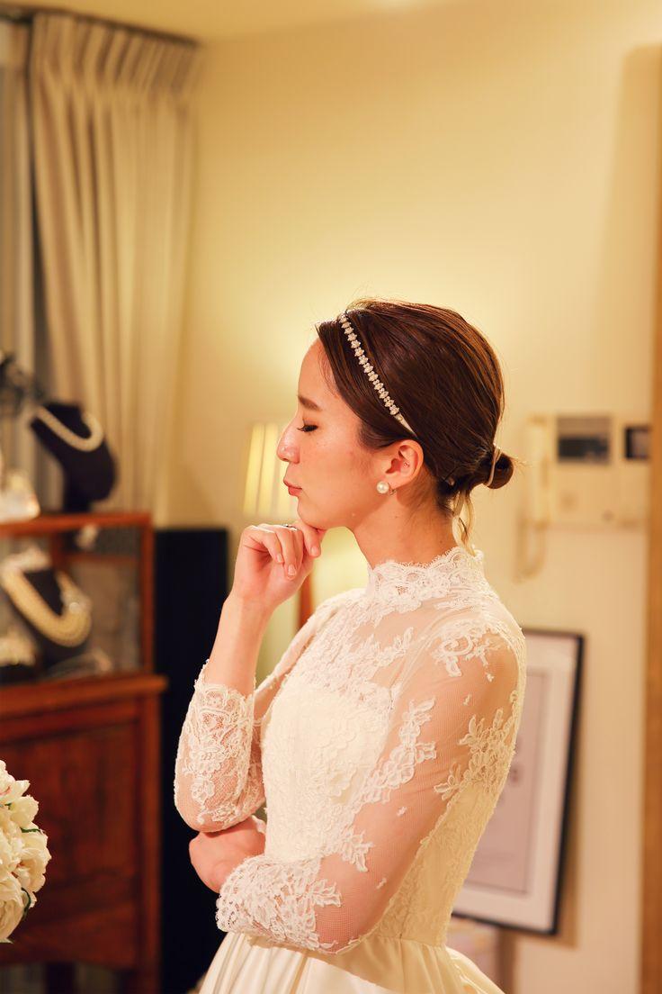 お洒落で美人な花嫁様♪ そんな花嫁様が選ばれたドレスはフランスレースのロングスリーブにバッスルスタイルの アンティークドレス。 花嫁様のウェディングドレス姿にうっとりしてしまいます。 小笠原伯爵邸にもぴったりのドレスを選ばれました。