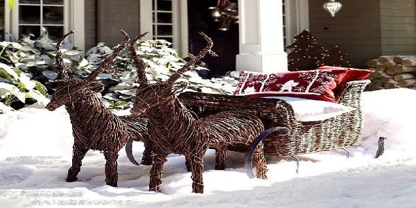 Interesting Christmas Porch Décor with Wicker Rattan Reindeers