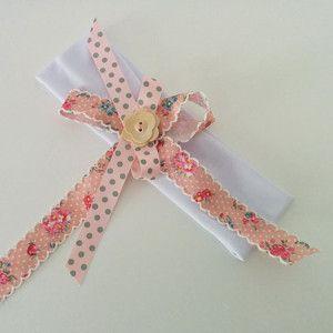 Περιγραφή: Χειροποίητη λευκή κορδέλα ροζ φιογκάκια με ξύλινο κουμπί http://www.minifashion.gr