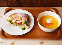 パンとスープとネコ日和 ツナと焼きパプリカのサンドとにんじんのポタージュ