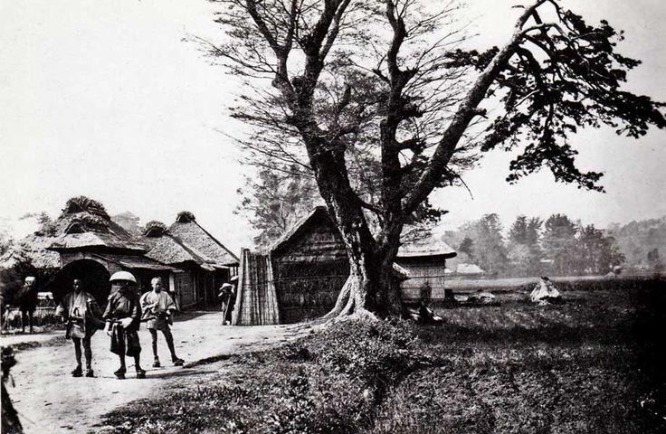 生麦事件現場、1862年8月東海道の生麦付近である。騎乗のイギリス人4名が、薩摩藩の行列を横切り、リチャードソンが殺された。後年F・ベアトが撮影した現場の写真。