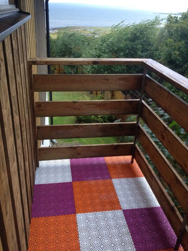 """My old boring balcony, which I never went out on earlier, now makes me happy!"" Citation and picture from a satisfied customer. The floor design is Bergo XL in the colors True White, Orange Glow and Purple.  ""Min gamla tråkiga balkong, som jag aldrig gick ut på tidigare, gör mig nu istället glad!"" Citat och bild från en nöjd kund. Bergo XL heter golvet i färgerna True White, Orange Glow och Purple."