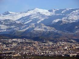 Preciosa vista de Granada con Sierra Nevada de fondo. No pierdas la oportunidad de visitar esta increíble ciudad, Patrimonio de la Humanidad.
