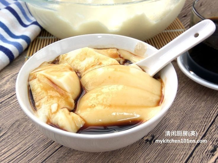 Traditionally, Tau Fu Fa (soy milk pudding) is made with gypsum powder and usually served hot or warm. This recipe uses gelatine powder to set this soy milk pudding. Since desserts made with gelati…