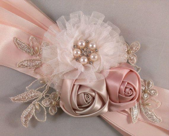HECHO por encargo - listo para enviar en 7-10 días  (POR FAVOR NOTA CENTRO BROCHES/JOYAS PUEDEN VARIAR LIGERAMENTE DEBIDO A LA ACCIÓN)  Yo a mano este precioso marco nupcial con tul marfil 1, 1 rosetón satén champagne, 1 blush rosado rosetón satén, de oro y apliques de encaje champagne y un vintage de diamantes de imitación inspiraron botón. La flor grande mide 3 de diámetro, las rosetas de 2, y con los apliques es un total de 6.5-7 de longitud. Los adornos son fijas en una cinta de raso...