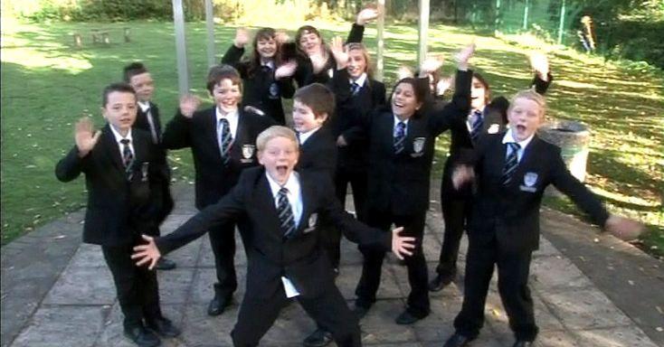 Gêmeos em uma escola em Lincolnshire, na Inglaterra, Reino Unido, que tem 12 pares de gêmeos idênticos entre os alunos.   Fotografia: BBC Brasil.  https://noticias.uol.com.br/album/2012/11/12/veja-os-gemeos-que-foram-noticia-no-ano.htm#fotoNav=17