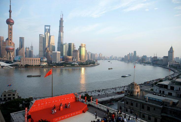 Vistas del horizonte con el río entre medias de la ciudad de Shangai