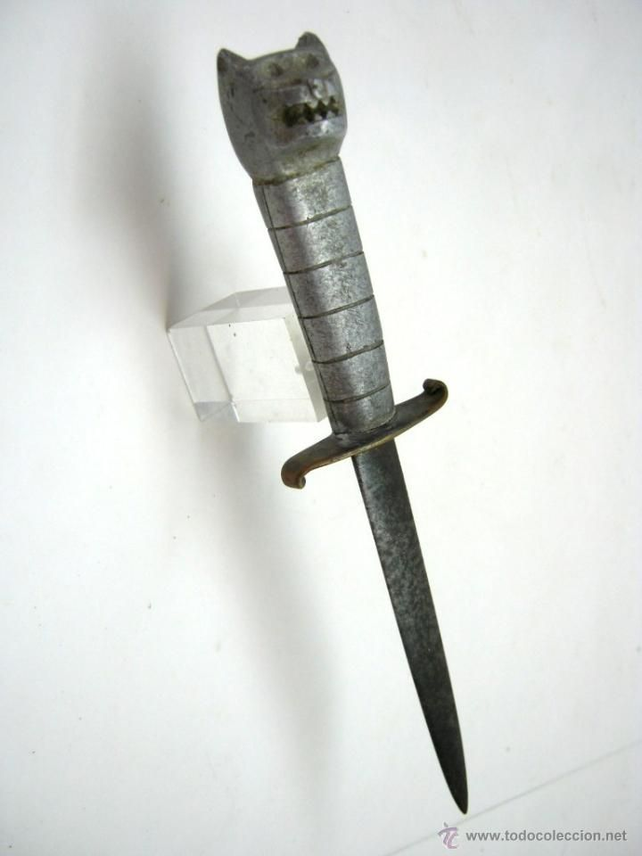 Antigua Daga o Cuchillo de Combate Misericordia . Empuñadura con cabeza zoomorfa Leon