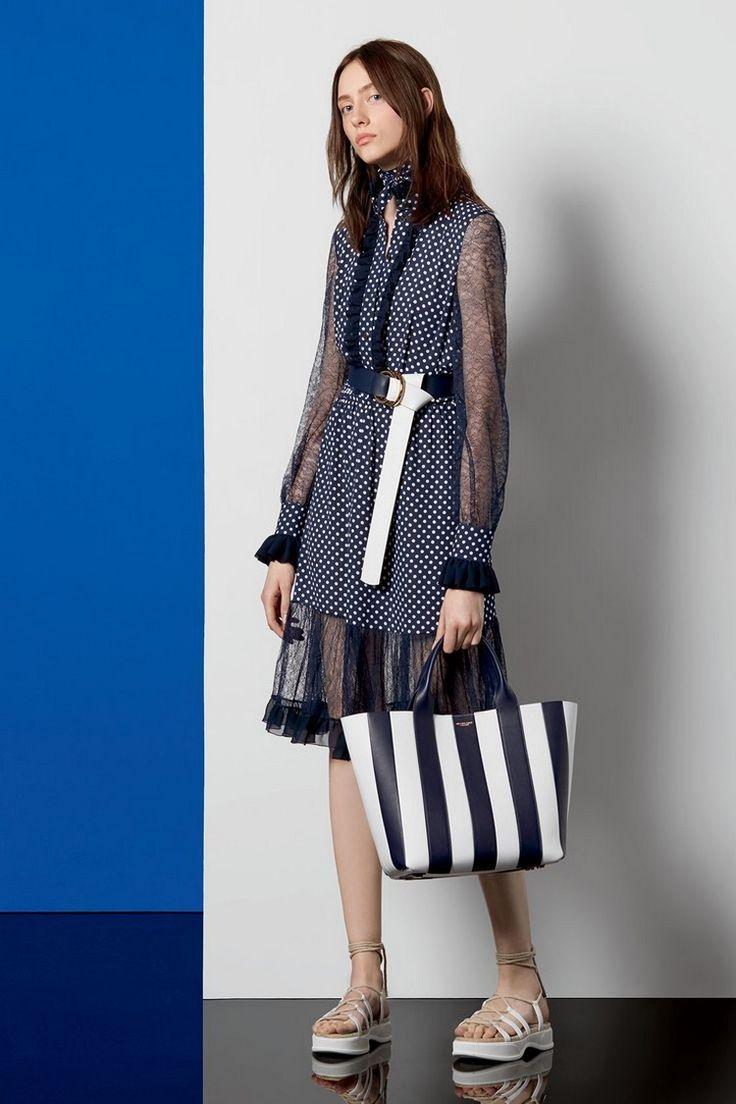 sac à main Michael Kors en cuir rayé bleu marine et blanc neige, robe courte assortie et sandales blanches