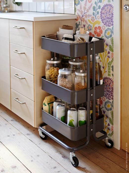 Stapla på höjden och få plats med fler skafferivaror. I RÅSKOG rullbord kan du ställa favoritburkar och kryddor.