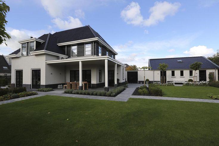 Vrijstaande woning met mooie horizontale lijnen door plinten van Belgisch hardsteen en natuursteen. Met prefab kelder.