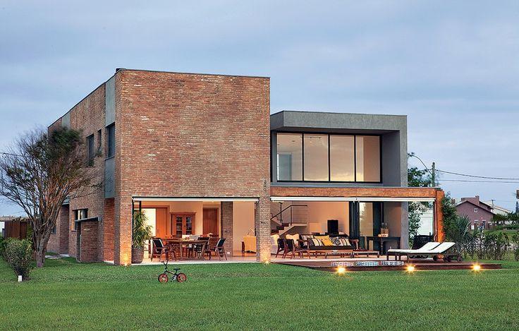 Tijolos de demolição revestem a fachada desta casa de 346 m², no litoral gaúcho…
