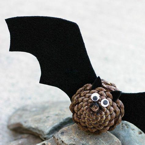 Fledermaus basteln aus Naturmaterialien - Idee mit Tannenzapfen und Filz