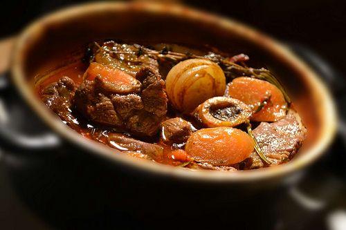 Navarin d'Agneau Mijoté au Four et en Cocotte (pour 5 personnes ou 5 petites cocottes) Ingrédients: 1,5 kilo de viande d'agneau (poitrine, collet-collier ou épaule) 5 petits oignons sauciers 5 gousses d'ail 3 petites carottes 1 petit navet 1 poivron rouge...
